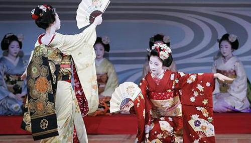 2_Geisha Performing