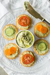 Vegan-edamame-hummus-crackers-3